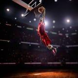 Roter Basketball-Spieler in der Aktion stockfotografie
