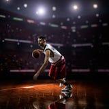 Roter Basketball-Spieler in der Aktion lizenzfreies stockbild