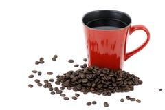 Roter Becher und Kaffeebohnen Lizenzfreies Stockbild