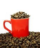 Roter Becher und Kaffeebohnen Lizenzfreies Stockfoto