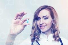 Roter behaarter Doktor mit einer blauen Pille, Formel Stockfotografie