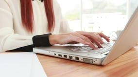 Roter behaarter Hippie, der einen Laptop verwendet stock video footage