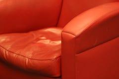 Roter bequemer lederner Stuhl lizenzfreie stockbilder