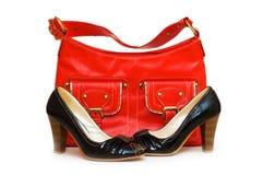 Roter Beutel und schwarze Schuhe Stockbilder