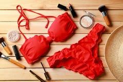 Roter Bikini und Kosmetik stockfotos