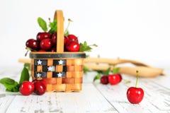 Roter Bing Cherries Basket stockfotos