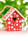 Roter Birdhouse im weißen Tupfen Stockbilder