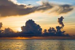 Roter blauer dunkler Strand des Himmels morgens Stockfotos