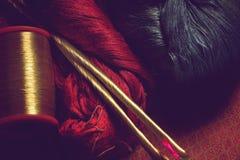 Roter, blauer und goldener Farbseidengewebethread Stockfoto