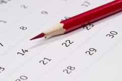 Roter Bleistift über Kalender Stockfoto