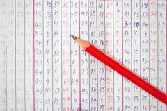 Roter Bleistift auf Papier Lizenzfreie Stockfotos