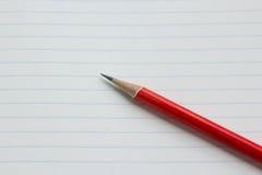Roter Bleistift auf Papier Lizenzfreie Stockbilder