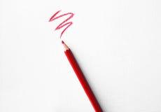 Roter Bleistift auf Weißbuchhintergrund Lizenzfreies Stockfoto