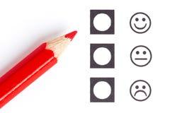 Roter Bleistift, der den rechten smiley wählt lizenzfreie stockfotografie