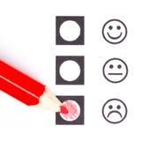 Roter Bleistift, der den rechten smiley wählt lizenzfreies stockbild