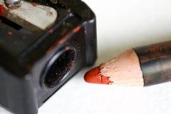 Roter Bleistift für Make-up und Bleistiftspitzer Makro nahaufnahme Auf Lizenzfreies Stockfoto