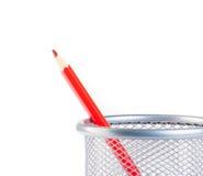 Roter Bleistift im Behälter lokalisiert Stockbild