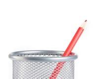 Roter Bleistift im Behälter lokalisiert, Zeit zur Schule Lizenzfreies Stockbild