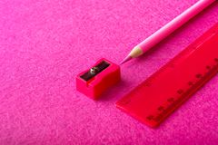 Roter Bleistift mit Bleistiftspitzer und Machthaber auf rotem Hintergrund briefpapier Lizenzfreie Stockfotografie