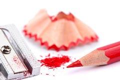 Roter Bleistift und Bleistiftspitzer Lizenzfreies Stockfoto