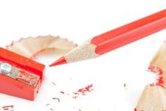 Roter Bleistift und Bleistiftspitzer Stockbild