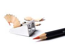 Roter Bleistift und Bleistiftspitzer Stockfotografie