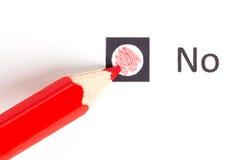 Roter Bleistift zwischen, der ja wählen oder nein stockbild