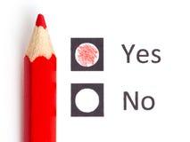 Roter Bleistift zwischen, der ja wählen oder nein lizenzfreies stockbild
