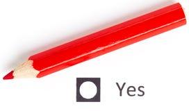 Roter Bleistift zwischen, der ja wählen oder Nr. Lizenzfreie Stockfotos