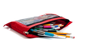 Roter Bleistiftbeutel mit Zubehör auf Weiß Lizenzfreies Stockfoto