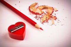Roter Bleistiftspitzer und Bleistift Stockfoto