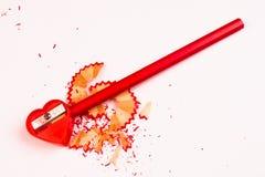 Roter Bleistiftspitzer und Bleistift Lizenzfreie Stockfotos
