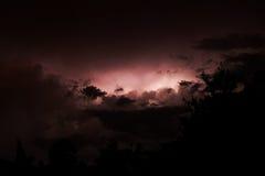 Roter Blitz auf Sonnenunterganghimmel im Sommer Lizenzfreie Stockbilder