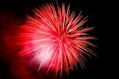 Roter Blitz von Feuerwerken und roter Rauch Stockbild