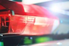 Roter Blitzgeber auf dem Polizeiwagen nachts Blitzgeber des roten Lichtes eines p Lizenzfreie Stockfotos