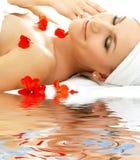 Roter Blumenblattbadekurort mit Wasser Stockfoto