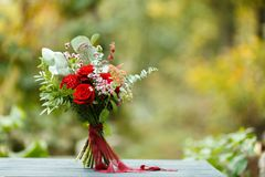 Roter Blumenstrauß mit Garten-Rosen, Eukalyptus und Dahlien Stockbilder