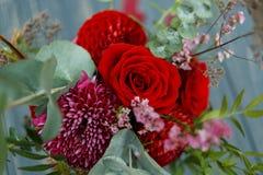 Roter Blumenstrauß mit Garten-Rosen, Eukalyptus und Dahlien Lizenzfreie Stockfotografie