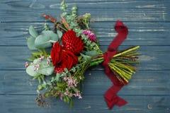 Roter Blumenstrauß mit Garten-Rosen, Eukalyptus und Dahlien Stockbild