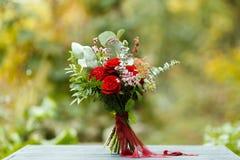 Roter Blumenstrauß mit Garten-Rosen, Eukalyptus und Dahlien Lizenzfreie Stockfotos