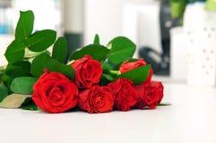 Roter Blumenstrauß von Rosen stockbilder