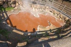 Roter Blut-Höllen-Teich, Kamado Jigoku, einer von Hölle 8 onsen, Beppu, Oita-shi, Japan Stockfoto