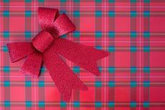 Roter Bogen auf Weihnachtsgeschenk Stockfotografie