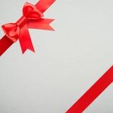Geschenk mit rotem Bogen lizenzfreies stockbild