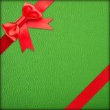 Grünes Geschenk mit rotem Bogen stockfotografie