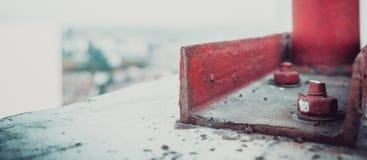 Roter Bolzen auf der Dachspitze stockfotografie