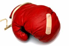 Roter Boxhandschuh mit Pflaster Stockfoto