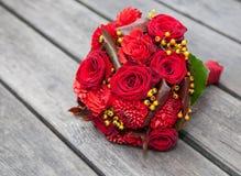 Roter Brautblumenstrauß stockbild