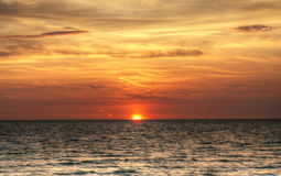 Roter, brennender Sonnenuntergang über dem Ozean lizenzfreie stockfotografie