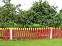 Roter Bretterzaun um Garten, Litauen Stockfoto